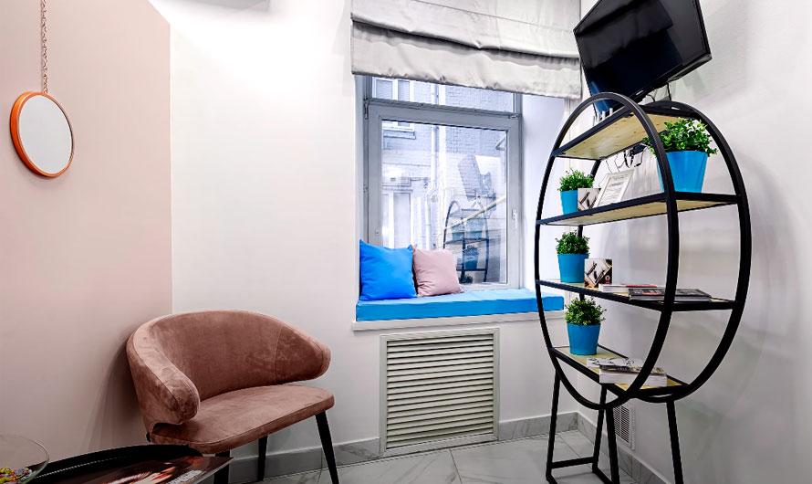 Фото для вдохновения: вариант бюджетного оформления релакс зоны для посетителей парикмахерской
